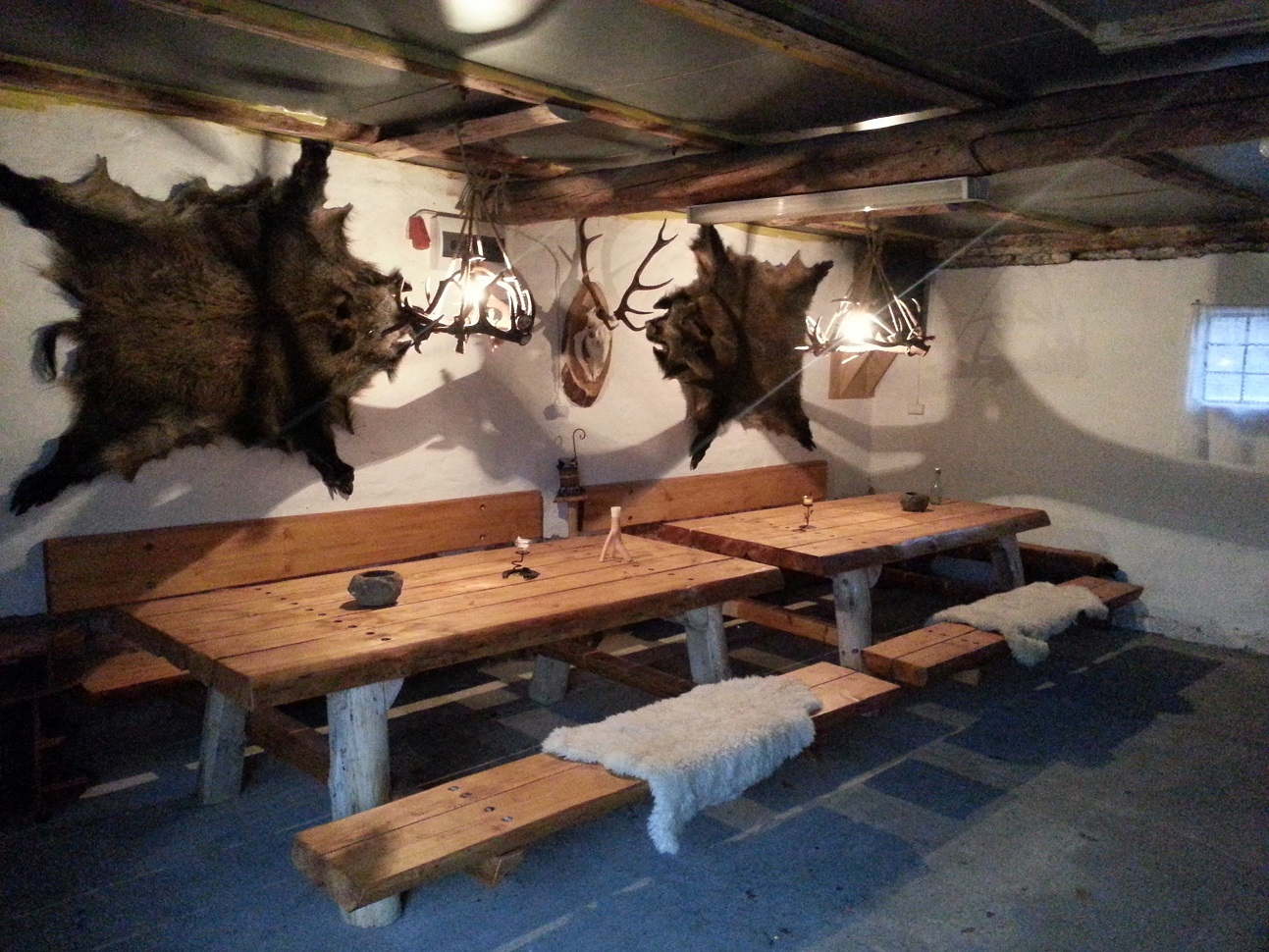 Biesiadne stoly czekaja na gosci